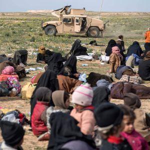 Kvinnor och barn som flytt från resterna av IS kalifat i Syrien.