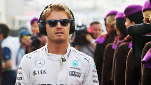 Nico Rosberg med solglasögon och hörlurar. Ser cool ut.