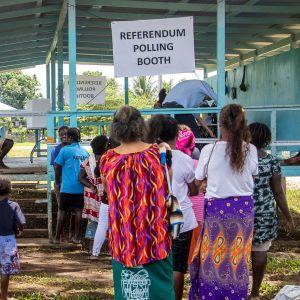 På bilden syns hur människor köar till en röstningslokal i Buka, Bougainville.