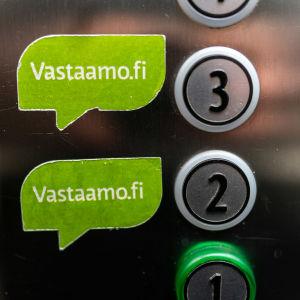 Psykoterapiakeskus Vastaamon logo hississä.