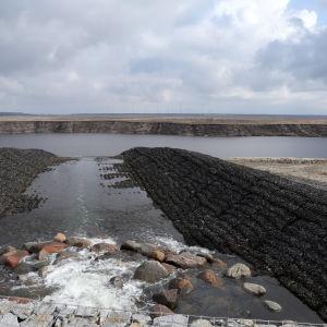 Vatten från floden Spree rinner in i sjön Cottbuser Ostsee