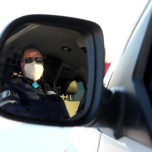 Ylikonstaapeli Matti Uotila poliisiautossa.