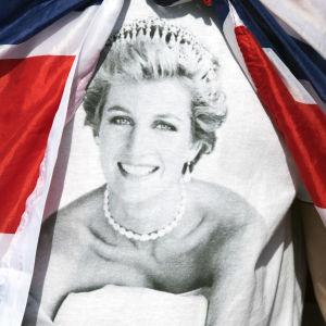 Diana omgiven av flaggor