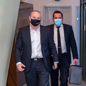 Tero Holopainen ja Ilkka Ukkola saapumassa Porvoon käräjäoikeuden istuntoon.