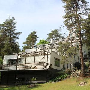 Terrasshuset i Kauttua är ritat av Alvar Aalto. Det klättrar upp längs sluttningen i fyra våningar, eller terrasser.