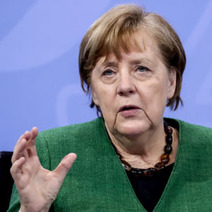 Tysklands förbundskansler Angela Merkel under ett presstillfälle om coronaåtgärder den 22 mars 2021. Hon tittar framåt medan hon pratar och ser allvarlig ut.