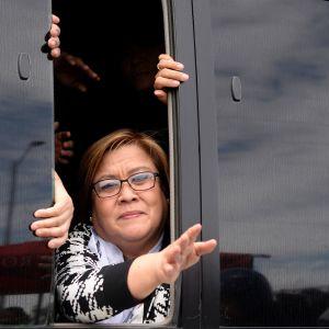 Den filippinska senatorn Leila de Lima vinkar till sina anhängare i samband med häktningsförhandlingen i Manilla 24.2.2017