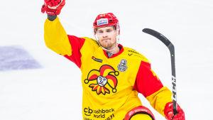 Mikko Lehtonen firar ett mål i KHL-slutspelet.
