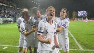 Fredrik Jensen firar efter mål mot Armenien.