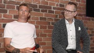 Kimi Räikkönen och Kari Hotakainen under boklanseringen.