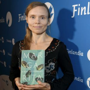 """Anni Kytömäki med romanen """"Margarita""""."""