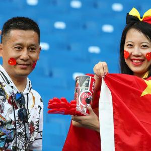 Kinesiska supportrar inför matchen Belgien–Japan.