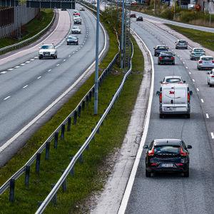 Länsiväylän liikennettä Espoossa.
