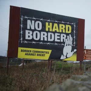 En anti-brexitkampanjskylt vid en vägren som motsätter sig en så kallad hård gräns mellan Irland och Nordirland.