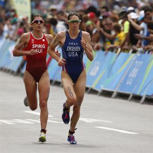 USA:s Gwen Jorgensen vann OS-guldet i triathlon i Rio före Nicola Spirig från Schweiz.