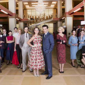 Milanon naisten paratiisi -sarjan henkilöt ryhmäkuvassa. Kuva sarjan toisesta tuotantokaudesta.