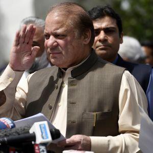 Premiärminister Nawaz Sharif möter pressen.