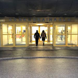 Huvudingången till ett sjukhus. Ovanför dörren står det på finska centralsjukhus.