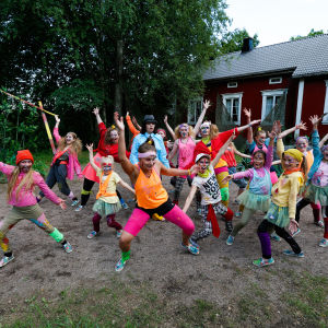 Aporna dansar på Lurens sommarteater.