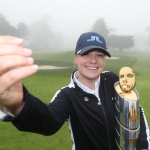 Matilda Castren ja LPGA-osakilpailun voittopokaali