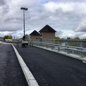 En nyasfalterad bro över järnvägsspår.