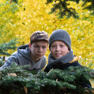 Två pojkar ser in i kameran.