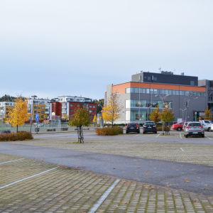 Bilar parkerade i Konstfabriken.