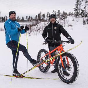 skidåkare och cyklist i skidspåret i lovisa