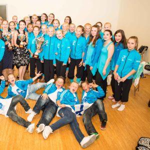 Elever och rektorn på dansskolan Hurja Piruetti i en glad grupp.