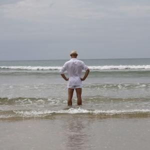 En tysk man blickar ut över havet i Khao Lak på årsdagen av tsunamin.