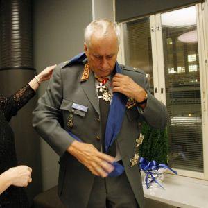 Försvarsmaktens kommendör general Gustav Hägglundgör sig färdig för självständighetsfest i Tammerfors 2007.