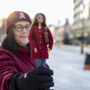 Hanne Räisänen esittelemässä Barbie-nukkea.