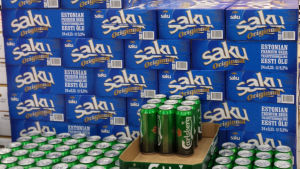 Blå förpackningar med Saku öl och gröna med Carlsbergs öl.