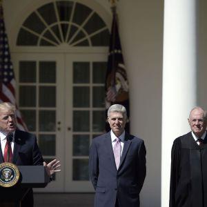President Trump i talarstol utanför Vita huset med domarna  Kennedy och Gorsuch