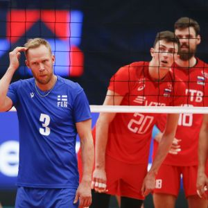 Finlands Mikko Esko skrapar sig i huvudet under matchen mot Ryssland.