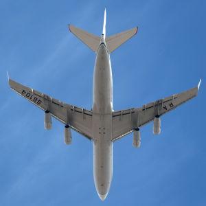 Ett flygplan flyger.