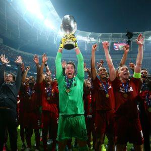 Liverpool firar Super Cup-titel.