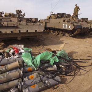 Israeliska soldater vid gränsen till Gaza.
