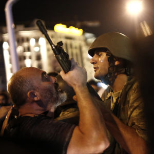 Polisen griper soldater vid Taksimtorget i Istanbul.