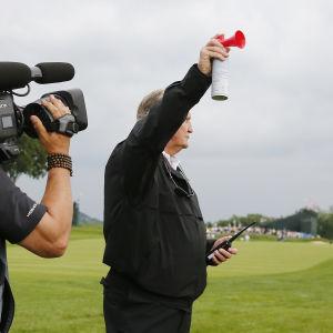 Arrangörerna blåser i väderhornet för att stoppa spelet i US Open i golf.
