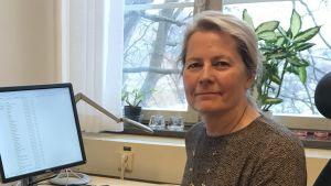 Elisabeth Storck Lindholm i sitt arbetsrum framför datorn.