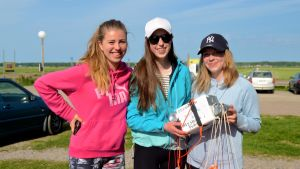 Tre flickor med en hemgjord vädersatellit
