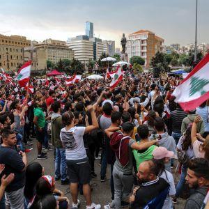 Demokratiaktivister som slog läger i centrum av Beirut, angreps på tisdag av det shiamuslimska partiet Hizbollahs anhängare