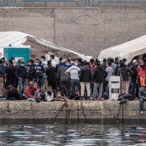 Migranter som räddats av den spanska kustbevakningen. Hamnen i Arguineguín 14.11.2020