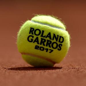 En Roland Garros-tennisboll.
