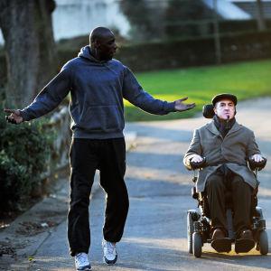 Driss (Omar Sy) ja Philippe (François Cluzet) elokuvassa Koskemattomat