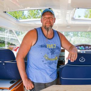 En man i sin båt.