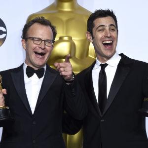 Tom Mc Carthy och Josh Singer tog emot oscarsstatyetter för bästa film och bästa originalmanus i filmen Spotlight