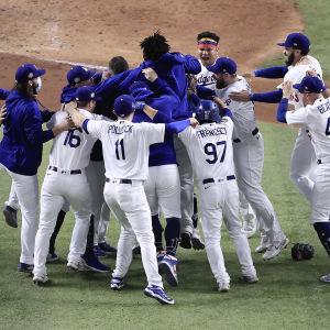 Dodgersspelare jublar efter segern i World Series.