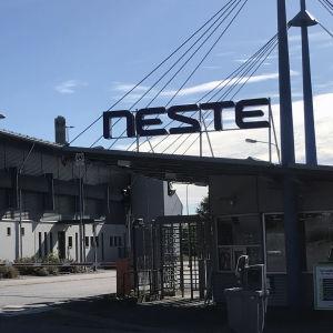 Porten till raffinaderiområdet i Nådendal.